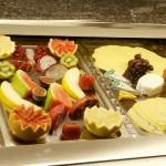 Frisches Obst und verschiedene Käsesorten auf dem Frühstücksbuffet