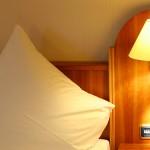 Gemütliche Betten mit Leselampe