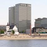 Blick auf den Kölner Rheinboulevard in Köln-Deutz