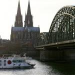Vom Kennedy-Ufer hat man den optimalen Blick auf dem Kölner Dom und die Altstadt