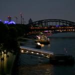 Bootsanlegestelle in der Kölner Altstadt am Abend