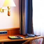 Unsere Zimmer mit Schreibtisch und neuen Gardinen