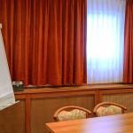 Besprechungsraum mit Flipchart und Leinwand