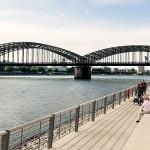 Der neue Rheinboulevard in Köln-Deutz mit seiner großen Freitreppe
